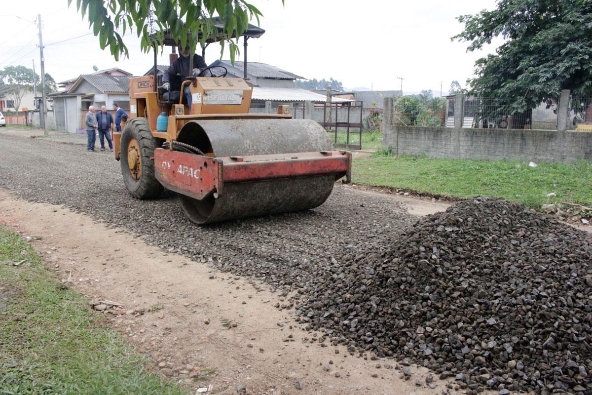 Mais de 10 ruas na Santa Cruz recebem manutenção em Forquilhinha