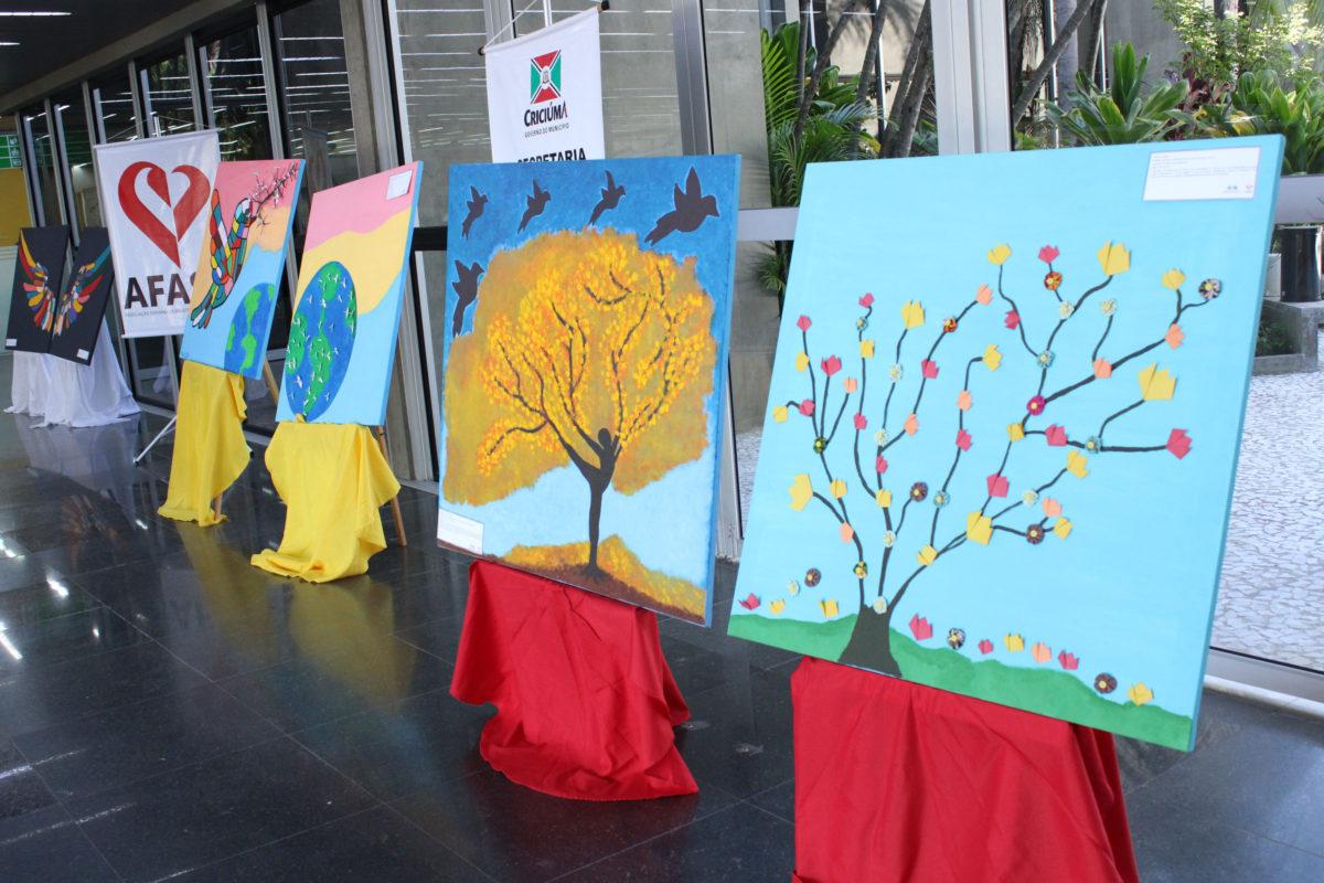 Crianças dos Cras de Criciúma expõem trabalhos no hall da prefeitura